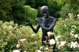 2016-06-16 Pashley Manor garden statue